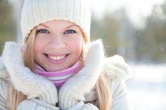 So.S Danni del freddo! Siamo in pieno inverno e le ondate di gelo sono un problema per la salute e la bellezza. Infatti per colpa del clima ghiacciato la nostra pelle e i nostri capelli sono soggetti a varie problematiche ; i capelli si seccano, le labbra si screpolano, il viso è soggetto a disidratazione e rossori da non sottovalutare.  Bisogna subito adottare contromisure per difendere la pelle dal freddo, ogni stagione ha i suoi trattamenti di bellezza speciali e l'inverno non è da meno.
