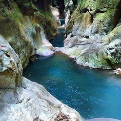 Amazing canyons in Guadeloupe, French Caribbean ! Vacation Trips, Dream Vacations, Places To Travel, Places To Visit, Sailing Trips, Cuba, France, Beautiful Landscapes, Travel Guide
