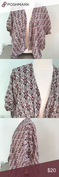 Brandy Melville Printed shrug One Size This shrug features a tan, Peach/pink and black print. Very light . Fun and cute to accessorize any simple out fit. Excellent Condition Brandy Melville Jackets & Coats