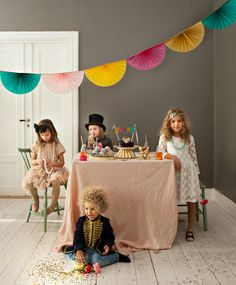 Such a fun dress up party idea. #Paperpartygarland  bland glitter  solfjädrar! - Mokkasin