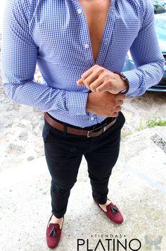 Camisa Slim Fit cuadro chico azul, pantalón gabardina negro y loafer vino