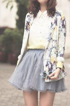 Jupe en tulle grise portée à la perfection ! Des motifs fleuris et de la fraicheur !