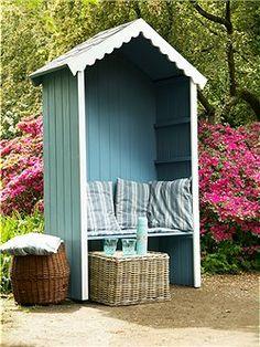 Gartenhausschrank Dieser Gartenpavillon ist ein idealer Sommersitz und sieht toll aus. Damit er im Herbst und Winter auch noch nützlich ist, bieten wir Ihnen als Zubehör Einlegeböden an und so können Sie Ihre Gartenutensilien lagern. Der Pavillon kommt fertig montiert und Sie können ihn unbehandelt oder wie abgebildet fertig blau/weiß lackiert bestellen.