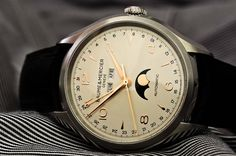 An organically round form with golden numerals. The Clifton 10055