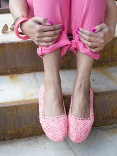 Llega el calor y nuestros pies nos piden a gritos un respiro. Ya están deseosos de sentir el buen tiempo luciendo los zapatos de verano que tanto les gustan. Y como el ganchillo no está reñido con…