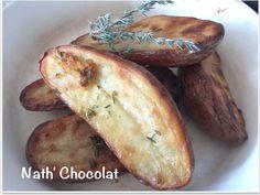 Une recette que j'affectionne beaucoup quand nous sommes une grande tablée car c'est très facile à réaliser et surtout délicieux. Pour 6 personnes - 12 à 16 pommes de terre Roseval - Huile d'olive - Thym - 2 gousses d'ail - Sel & Poivre Dans 1 bol, mélanger... Olives, Baked Potato, Potatoes, Baking, Ethnic Recipes, Food, France, Cucumber, Apples