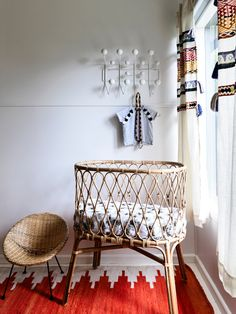 Nursery inspiration ✨ What about a beautiful rattan bassinet? Bonus: love ❤️ the little chair!