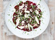 Tynne, marinerte rødbetskiver toppet med urter og parmesan er sprøtt og godt. Parmesan, Feta, Dairy, Cheese