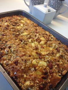 Dit is echt een overheerlijk appelcake recept met noten. En deze appel-noten plaatcake is dan nog eens super gemakkelijk te maken! Met een baktijd van maximum 30 minuten, staat deze cake ook nog eens snel op je koffietafel!