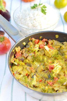C'est l'une de mes recettes fétiches de l'été parce qu'elle est simple, inratable et que toute ma petite famille en redemande ! Si vous avez quelques légumes d'été sous la main, une boite de lait de coco et des épices, vous êtes prêt(e)s à poser ce curry de légumes d'été (vegan, sans gluten) sur la table d'ici 20 mn ! A vos fourneaux ! http://www.sweetandsour.fr