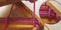 #6 Punto espiga en bastidor triangular 6 – Una vez que se completan las primeras 3 pasadas se realiza el cambio a punto espiga; llevar la hebra sin tejer al cuarto clavo del lado derecho y engancharla.