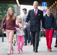 King Philippe led his oldest Elizabeth, the Duchess of Barbant, Prince Gabriel and Princess Elèonore to Collège Sint-Jan Berchmans. Meanwhile Queen Mathilde (nice hair cut) led Prince Emmanuel on first day at Eureka à Kesse school.