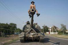 Украинский солдат сидит на вершине самоходной артиллерийской установки вблизи Иловайска, Донецкой области, 14 августа 2014 года.