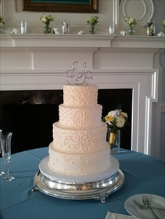 oh my i love this wedding cake, minus the topper.
