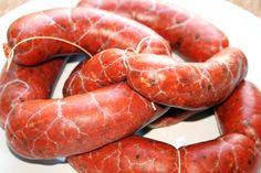 Cómo hacer en casa tus propios chorizos. Carne de cerdo, sal, pimentón y orégano mezclados en la justa proporción y embutidos en tripa. Un chorizo 100% natur...