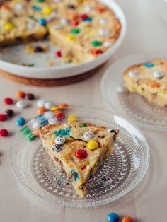 M&M Cookie Pie - Keksipiirakka M M Cookies, Cookie Pie, Cereal, Baking, Breakfast, Food, Morning Coffee, Bakken, Essen