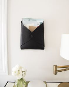 Diy Home : Illustration Description Leather Wall-Mounted Mail Catchall DIY -Read More – Leather Wall, Leather Craft, Diy Sac Pochette, Costura Diy, Diy Organisation, Entryway Organization, Idee Diy, Easy Diy, Simple Diy