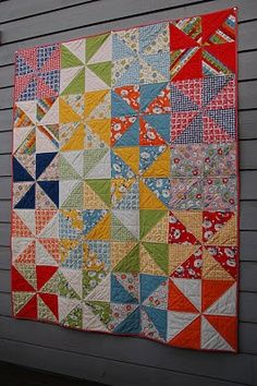 I always love Pinwheels!Fun colors in this pinwheel quilt by Marit of Quilt It. Quilting Tutorials, Quilting Projects, Quilting Designs, Triangle Quilt Tutorials, Scrappy Quilts, Easy Quilts, Layer Cake Quilts, Layer Cakes, Poke Cakes