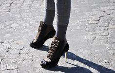 Tanto Sophia como eu já postamos sobre meias com sandálias e meias com sandálias abotinadas ou booties, ankle boots etc. E quanto mais vejo fotos de garotas e mulheres estilosas usando-as, mais tenho vontade de aderir mesmo à tendência. Na verdade, nestes dias friozinhos em São Paulo tenho usado bastante e estou adorando o resultado! …