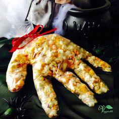 Uma mão arrepiante cheia de pipocas no interior. Uma divertida forma de receberem os vossos convidados na noite de halloween enquanto aguardam pelo jantar. Ou como aperitivo depois, enquanto desfrutam de uma noite cheia de surpresas e arrepios. Para esta receia de mão de monstro de pipoca, dou-vos duas opções: pipocas naturais ou doces. Que