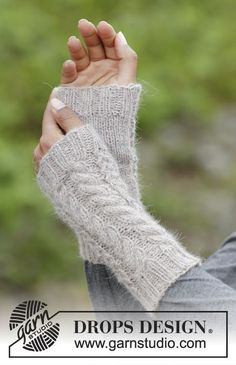 Winter wired / DROPS - free knitting patterns by DROPS design Knitted DROPS hat, collar scarf and wrist warmer in puna with cable pattern. Crochet Snood, Fingerless Gloves Crochet Pattern, Crochet Amigurumi, Fingerless Mitts, Knit Mittens, Knitted Gloves, Drops Design, Wrist Warmers, Hand Warmers
