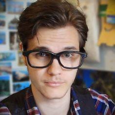 Poisson Fécond - Chris / YouTubeur qui t'apprend des trucs sympas pour t'endormir moins bête le soir. ;)