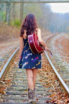30 Cool Poses With Guitar A Lady Should Know - Feminine Buzz