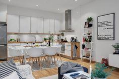 Egy 50nm körüli alapterületű lakásban jó megoldás lehet nyitott nappali térben gondolkozni (ha valakitől nem teljesen idegen a nappali/konyha egy térbe helyezése), sokkal tágasabbnak tűnhet az élettér mint amekkora valójában. Sokan a szagokra hivatkozva utasítják el a koncepciót vagy éppen a konyhabútort nem szeretnék nézegetni a nappaliban, de mindkét aggály eloszlatható megfelelő tervezéssel.