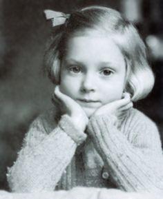 Jane Goodall (1934- )  http://en.wikipedia.org/wiki/Jane_Goodall  http://66south.com/goodall_images/files/child-jane.jpg  child-jane.jpg (326×400)