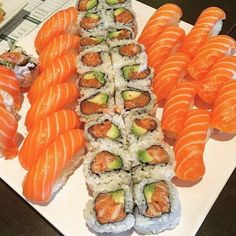 dessert sushi Another beautiful image of salmon and avocado, two very pretty and simple motifs. Sushi Recipes, Asian Recipes, Cooking Recipes, Healthy Recipes, I Love Food, Good Food, Yummy Food, Sushi Comida, Homemade Sushi