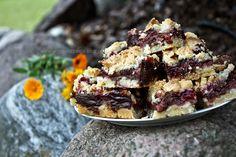 Kruche ciasto ze śliwkami zatopionymi w czekoladowej masie