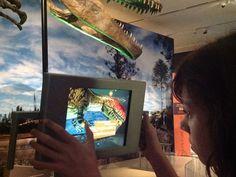 """En el Royal Ontario Museum, la aplicación para la iPad permite """"ponerle piel sobre los huesos"""" a los fósiles de dinosaurios. En lo positivo se trata de mucho ahorro en el presupuesto, el costo de diseñar la aplicación no se compara con el de crear el modelo de piel a esa escala, además del espacio ahorrado. En lo negativo la experiencia vivida a través de la pantalla no es lo mismo a la tridimensional."""