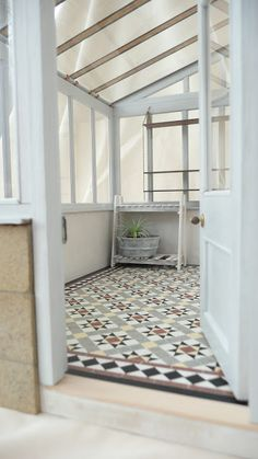 Lean to conservatory with traditional Edwardian encaustic tiled floor. - Lean to conservatory with traditional Edwardian encaustic tiled floor. Conservatory Flooring, Lean To Conservatory, Conservatory Interiors, Conservatory Decor, Sas Entree, Hall Tiles, Side Return Extension, Hall Flooring, Edwardian House