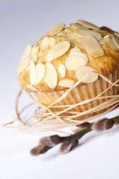 Nejprve rozmačkáme banány s bílým jogurtem (můžeme rozmixovat). Vyšleháme žloutky s cukrem krupice, vanilkovým cukrem a změklým máslem a vše... Snack Recipes, Snacks, Garlic, Chips, Sweets, Vegetables, Breakfast, Food, Cupcake