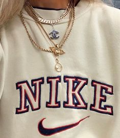 Vintage Nike sweatshirts are really trending right now 3 Retro Outfits, Cute Casual Outfits, Casual Chic, Sporty Outfits, Cute Nike Outfits, Cute Vintage Outfits, Vintage T Shirts, Sweatshirts Vintage, Vintage Jumper