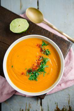 Ich glaube, die Kürbissuppe ist eins der am meisten gebloggten Rezepte. Der Welt. Kein Essen schwappt im Herbst so sehr durch das Internet, wie dieses. Und ja, auch ich kann mich nicht davon freisprechen: Auf meinem Blog findet ihr bereits ein Rezept für Kürbissuppe mit Kokosmilch, Kürbis-Linsen-Suppe mit Granatapfelkernen und die Kürbissuppe im Kürbis aus …