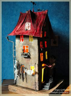 Papier Mache - I love the art my mom, Mary Sunshine Gervais, loves. She picked this recently. I think the textures are what appeal to me. Paper Mache Projects, Paper Mache Clay, Paper Mache Crafts, Clay Art, Art Projects, Glitter Houses, Paperclay, Paper Houses, Art Plastique
