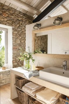 We love the stories of large-scale reconstructions because in such houses a special atmosphere usually reigns. Previously in this barn in Spain the owners ✌Pufikhomes - source of home inspiration Rustic Bathrooms, Home Fashion, Bathroom Interior Design, Bathroom Inspiration, Home Decor Inspiration, Design Case, Sweet Home, House Styles, House Ideas