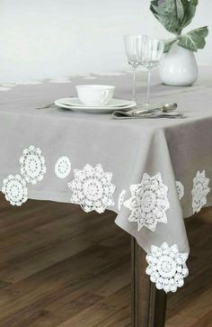 Tablecloth with doilies in addition to table runner. How about lace doily curtains/blind? Doilies Crafts, Lace Doilies, Crochet Doilies, Doily Art, Crochet Home Decor, Linens And Lace, Decoration Table, Table Linens, Crochet Projects