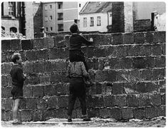 4 A boy sitting on the shoulders of another child peers at the Liesen street in Wedding, West Berlin, over the wall towards the eastern part of the city Aug. West Berlin, Berlin Wall, East Germany, Historical Images, Weird World, Cold War, Big Picture, Photojournalism, Street Art