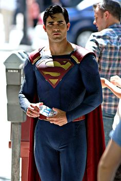 Tyler Hoechlin on set filming... he actually looks great as the man of steel.