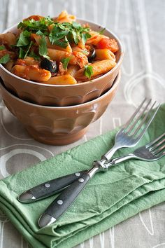 Pasta with Spicy Tuna Sauce. This is fast food Italian style - in the time it takes to boil a pot of pasta you can prepare a simple spicy tomato tuna and olive sauce! Yummy Pasta Recipes, Easy Pasta Recipes, Side Recipes, Seafood Recipes, Vegetarian Recipes, Healthy Recipes, Pizza Recipes, Healthy Food, Paella