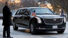 US President Donald Trump's Cadillac limousine is known as the Beast. It's one of the most famous presidential limos. Protection Rapprochée, Service Secret, Lincoln Continental, Armored Vehicles, Armored Car, Us Presidents, Limo, Rolls Royce, New Technology