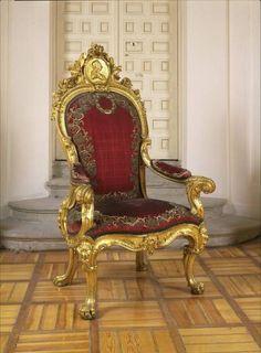 Exposição no Palácio de Versalhes apresenta suntuosidade dos tronos reais