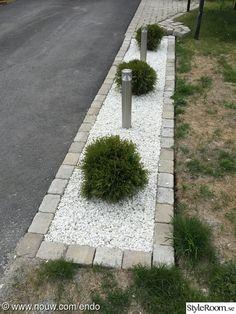 Lighting, rabatt, dekorsten, marmorkross, curbs - All About Stone Landscaping, Driveway Landscaping, Outdoor Landscaping, Front Garden Landscape, Landscape Design, Back Gardens, Outdoor Gardens, Outdoor Lighting Landscape, Yard Design