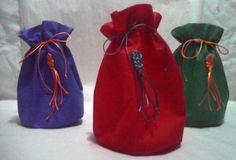 Bolsas para regalo Navidad con aplique en macramé Personalizable Compre en www.regaloscolombianos.com o solicite información a ventas@regaloscolombianos.com
