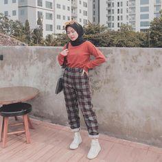 fashion hijab Tartan pants from outfitus_ . Modest Fashion Hijab, Modern Hijab Fashion, Street Hijab Fashion, Casual Hijab Outfit, Hijab Fashion Inspiration, Hijab Chic, Summer Fashion Outfits, Muslim Fashion, Ootd Fashion