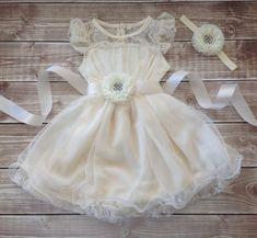 Hoi! Ik heb een geweldige listing gevonden op Etsy https://www.etsy.com/nl/listing/228681547/flower-girl-dress-ivory-lace-dress-ivory