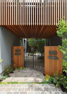 CASE 357 | 中庭のある2世帯住宅 両世帯が中庭を挟んで暮らす2世帯住宅です。中庭は、程良い距離感を保ちつつ、両世帯の繋がりを確保。バルコニーで繋がることで、一体の庭として楽しむことが出来ます。周囲に対して閉じつつも、開放的で上質な空間構成が、住む人にゆとりを与えてくれる設計となっています。 設計監理:フリーダムアーキテクツデザイン 施工場所:神奈川県横浜市 Modern Tropical House, Tropical Houses, Entrance Gates, House Entrance, Residential Architecture, Modern Architecture, House Front, My House, Facade Design