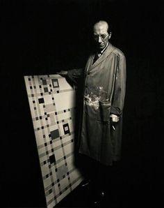 Piet Mondrian no estúdio, em 1942, em foto de Arnold Newman. http://semioticas1.blogspot.com.br/2012/12/inventando-abstracao.html